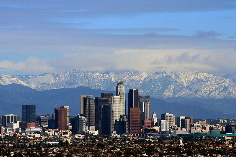 800px-Los_Angeles_center_with_mountains_at_her_back